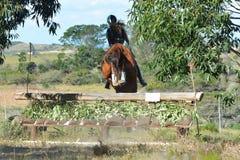 Equestrian de Eventing que salta abajo de skiramp Imagen de archivo libre de regalías