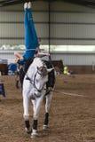 Equestrian della ragazza del Vaulting del cavallo fotografie stock libere da diritti