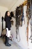 Equestrian em um estábulo fotos de stock