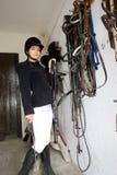 Equestrian em um estábulo fotos de stock royalty free