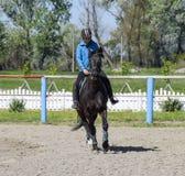 Equestrian sporty z nastolatkami Konia klub Dziewczyna jedzie a Zdjęcia Stock