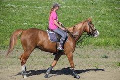 Equestrian sporty z nastolatkami Konia klub Dziewczyna jedzie a Obrazy Royalty Free