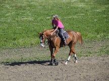Equestrian sporty z nastolatkami Konia klub Dziewczyna jedzie konia Fotografia Stock