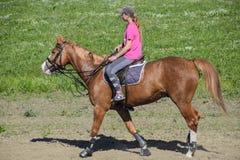 Equestrian sporty z nastolatkami Konia klub Dziewczyna jedzie konia Zdjęcie Royalty Free