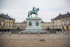 Equestrian statua przy Amalienborg Królewski dom w Kopenhaga Dani zdjęcia royalty free