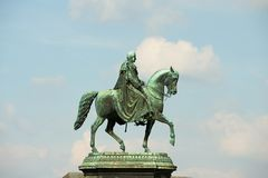 Equestrian statua saxon królewiątko Johann z niebieskiego nieba tłem w Drezdeńskim, Niemcy fotografia royalty free