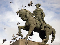Equestrian statua z latającymi gołębiami Zdjęcie Stock