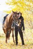 Equestrian z jej koniem Fotografia Royalty Free