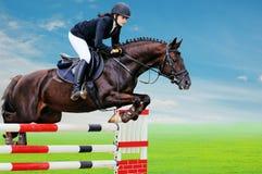 Equestrianism: Chica joven en la demostración de salto fotografía de archivo libre de regalías