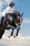 Equestrianism: Chica joven en la demostración de salto imagen de archivo libre de regalías
