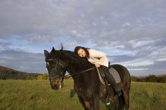Equestrienne y caballo. Foto de archivo