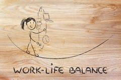 Equilíbrio da vida do trabalho & responsabilidades de controlo: ju da mãe de funcionamento Foto de Stock