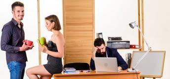 Equilíbrio do trabalho e do resto Colegas de trabalho novos que apreciam a ruptura de resto no trabalho Mulher bonita e homem con imagens de stock