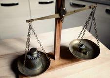 Equilíbrio do vintage com a escala retro do peso - um peso do quilograma Imagem de Stock Royalty Free