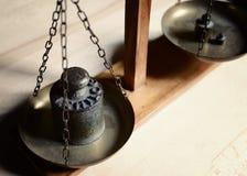 Equilíbrio do vintage com a escala retro do peso - um peso do quilograma Imagens de Stock Royalty Free