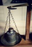 Equilíbrio do vintage com a escala retro do peso - um peso do quilograma Fotografia de Stock