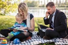 Equilíbrio entre o trabalho e a vida familiar Fotos de Stock Royalty Free