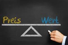 Equilíbrio entre Preis e Wert no quadro fotos de stock royalty free