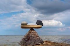 Equilíbrio na costa Imagem de Stock Royalty Free