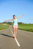 Equilíbrio praticando da mulher desportiva brincalhão Fotografia de Stock Royalty Free