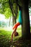 Equilíbrio da prática da jovem mulher exterior Imagens de Stock Royalty Free