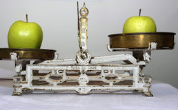 Equilibra le mele immagine stock libera da diritti