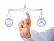Equilibrando para fora uma fêmea e um ícone masculino do trabalhador Imagens de Stock Royalty Free