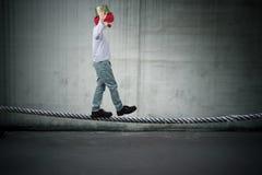Equilibrando sulla corda Fotografie Stock Libere da Diritti
