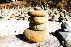Equilibratura di pietra alla spiaggia Fotografia Stock