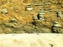 Equilibratura di pietra sulla spiaggia Immagini Stock Libere da Diritti