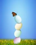 Equilibratura variopinta delle uova di Pasqua Fotografie Stock Libere da Diritti