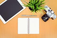 Equilibre retro e a modernidade em um local de trabalho criativo imagem de stock