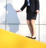 Equilibri della donna su una parete Fotografia Stock Libera da Diritti