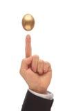 Equilibri l'uovo dorato Immagine Stock