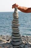 Equilibri nella torre delle pietre del mare Fotografie Stock
