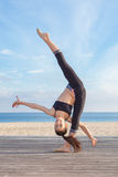 Equilibrio acrobatico, giovane ginnasta Fotografie Stock Libere da Diritti