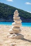 Equilibrio de piedra en la playa Imagen espiritual pacífica y desapasible del extracto del estilo del zen Fotografía de archivo