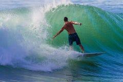 Equilibrio del color de la diversión que practica surf Imagenes de archivo