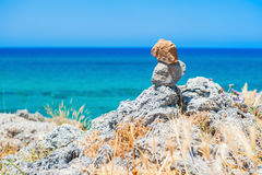 Equilibrio delle pietre su una costa rocciosa fotografia stock libera da diritti