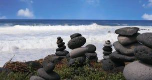 Equilibrio delle pietre sul fondo dell'oceano archivi video