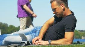 equilibrio di Lavoro-vita - lavorando nel parco e godendo del tempo video d archivio