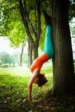 Equilibrio di pratica della giovane donna all'aperto Fotografie Stock Libere da Diritti