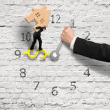 Equilibrio di trasporto della casa dell'uomo d'affari sull'orologio del segno dei soldi Immagini Stock Libere da Diritti