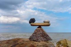 Equilibrio di zen sulla costa Fotografia Stock