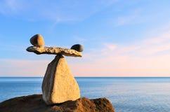 Equilibrio en el canto rodado Imagen de archivo libre de regalías
