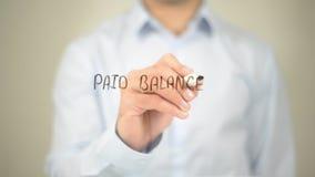 Equilibrio pagado, escritura del hombre en la pantalla transparente Fotos de archivo
