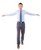 Equilibrio que camina asiático del hombre de negocios Imagenes de archivo