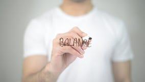 Equilibrio, scrittura dell'uomo sullo schermo trasparente Immagini Stock