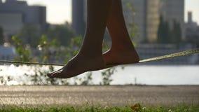 Equilibrio su una corda per funamboli video d archivio