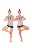 Equilibrios gemelos de las muchachas del deporte Fotografía de archivo